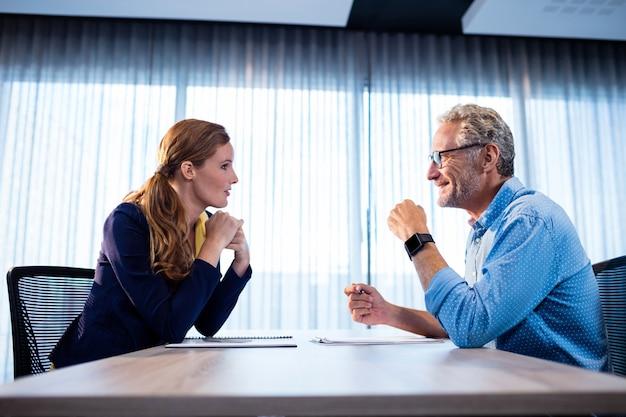 Dois colegas de trabalho interagindo