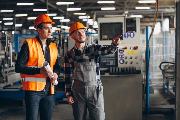 Dois colegas, em, um, fábrica