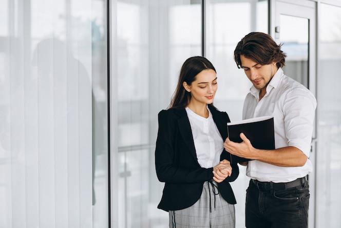 Dois colegas trabalhando em um centro de negócios