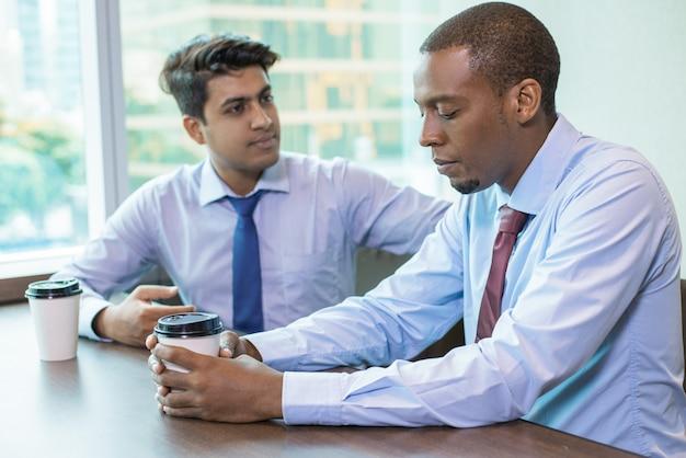 Dois, colegas trabalho, discutir, fracasso, e, perda