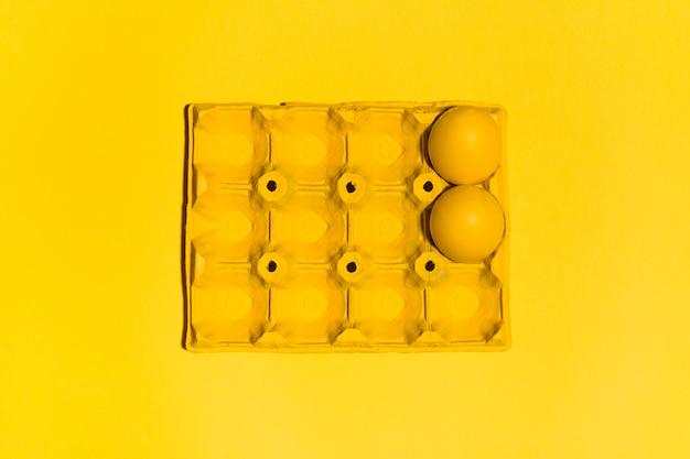 Dois, coloridos, ovos páscoa, em, prateleira, ligado, tabela