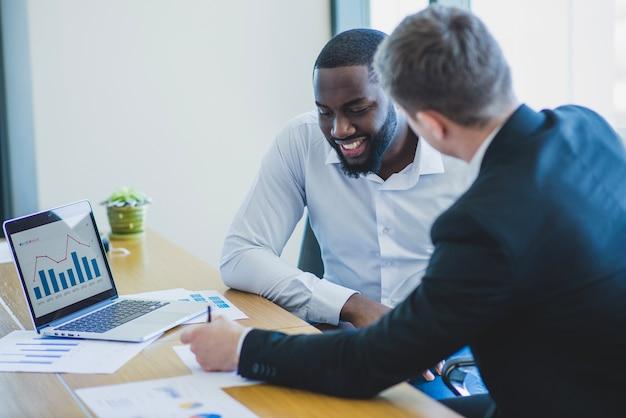 Dois, conversando, homens negócios