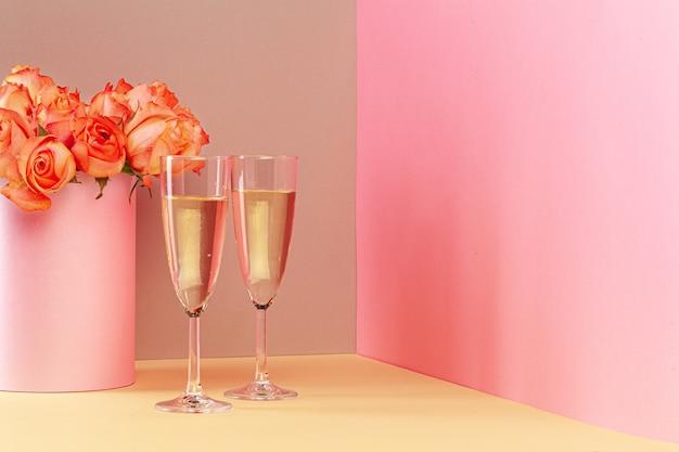 Dois copos com champanhe ee buquê de rosas