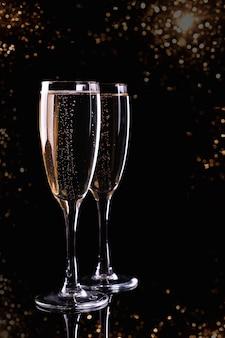 Dois copos com champanhe vinho branco