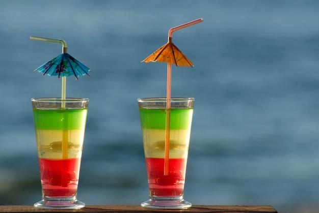 Dois copos com cocktails coloridos closeup