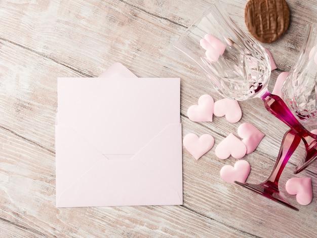 Dois copos com corações e chocolate