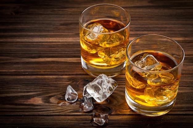 Dois copos com gelo e uísque