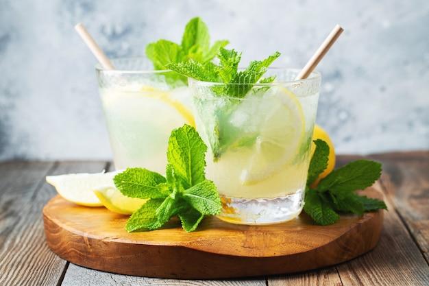 Dois copos com limonada ou cocktail mojito com limão.