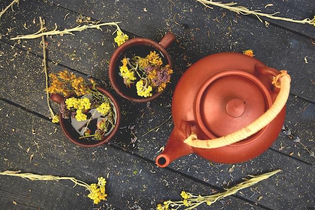 Dois copos da tisana tisana. ervas secas e flores, fitoterapia. postura plana.