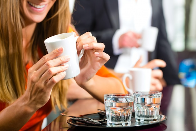 Dois copos de água colocados em uma bandeja