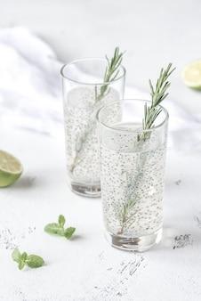 Dois copos de bebida de sementes de manjericão