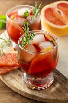 Dois copos de bebida de verão. rosa refrescante cocktail frio. mesa de madeira.