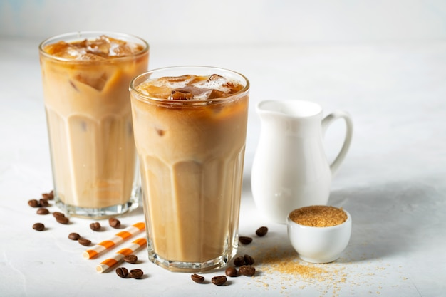 Dois copos de café gelado.