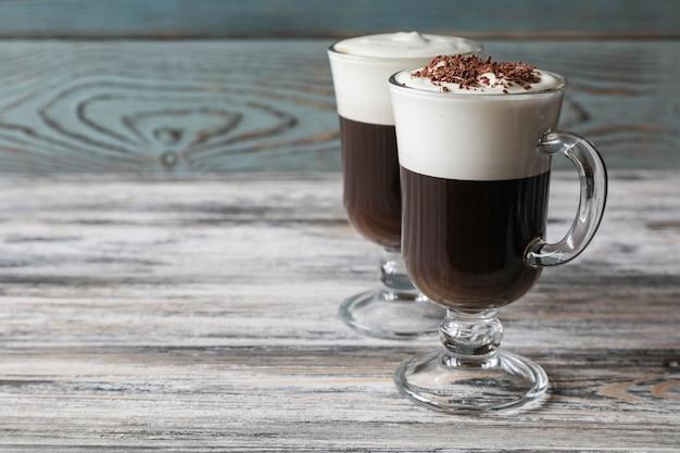 Dois copos de café irlandês diferentes com espaço de cópia