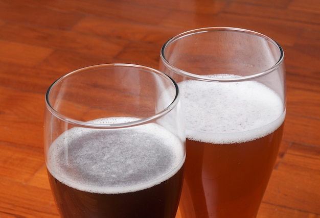 Dois copos de cerveja alemã