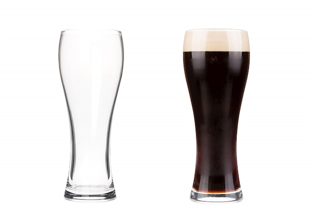 Dois copos de cerveja isolados no branco