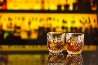 Dois copos de cerveja no balcão de bar