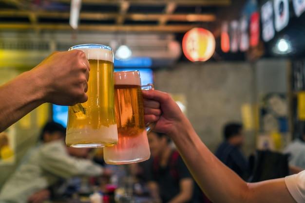 Dois copos de cerveja vibra juntos entre amigo no bar e restaurante