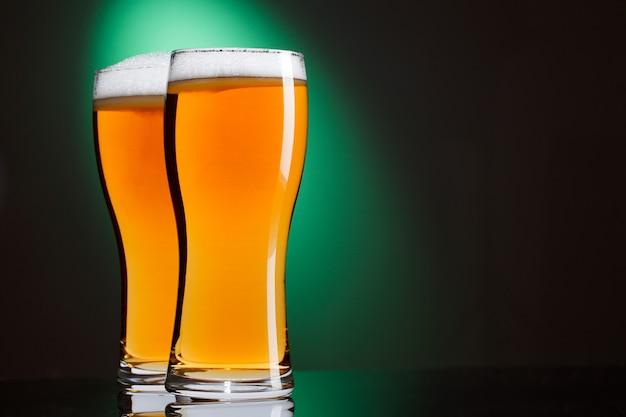 Dois copos de cerveja