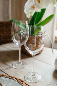 Dois copos de champanhe de pé sobre uma mesa de madeira