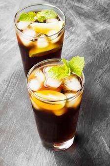 Dois copos de coquetel cuba libre