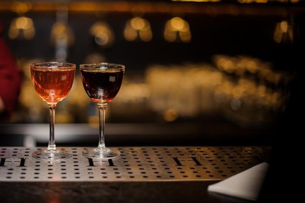 Dois copos de coquetel elegantes cheios de bebidas alcoólicas
