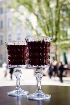 Dois copos de cristal no terraço em um café