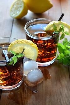 Dois copos de cuba libre coquetel com limão e hortelã