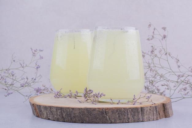 Dois copos de limonada com ervas e especiarias