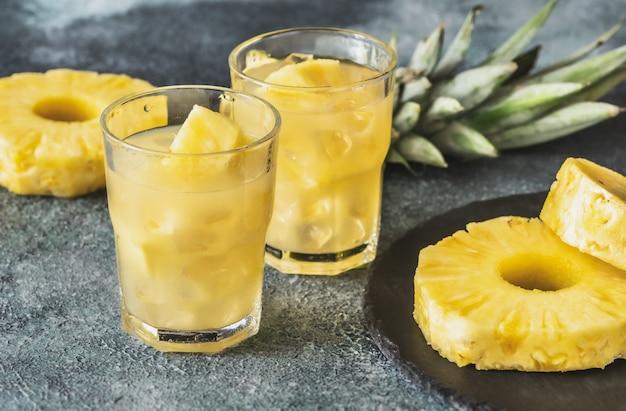 Dois copos de suco de abacaxi