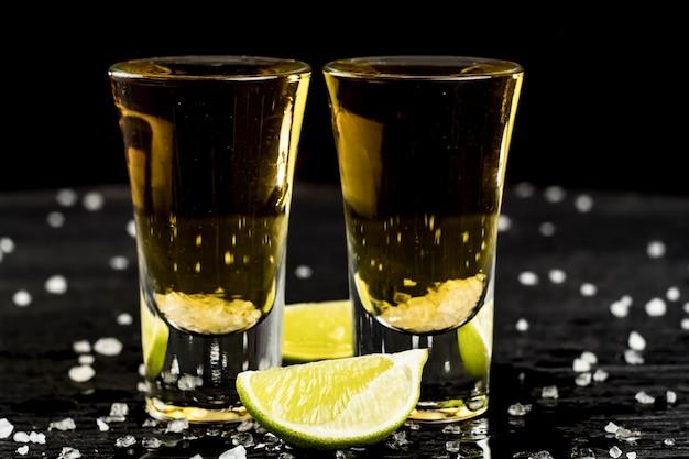 Dois copos de tequila com limão e sal