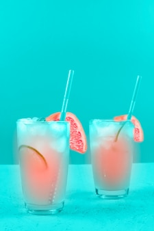 Dois copos de toranja refresco cocktail no fundo da casa da moeda