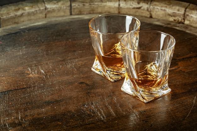 Dois copos de uísque em uma mesa de madeira no bar