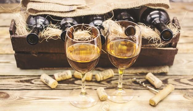 Dois copos de vinho branco