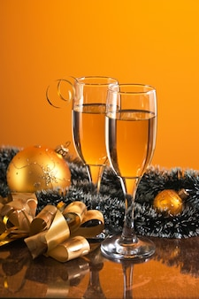 Dois copos de vinho e decoração de natal