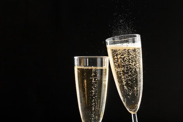 Dois copos de vinho espumante