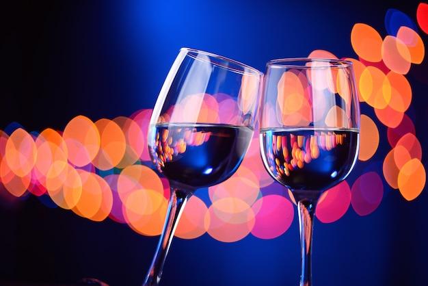 Dois copos de vinho tilintam na festa