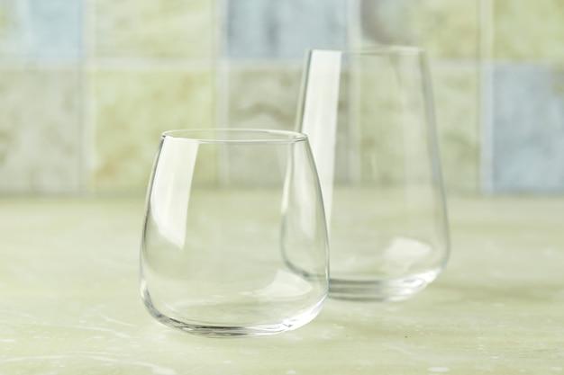 Dois copos vazios para água ou coquetéis na mesa de luz copo para bebidas conceito de bebidas
