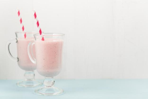 Dois coquetéis de sorvete rosa com morangos