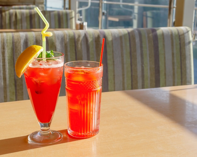 Dois coquetéis de verão vermelho brilhante com sede de calor de gelo
