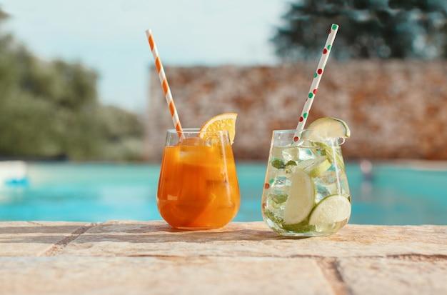 Dois coquetéis refrescantes perto de uma piscina closeup Foto Premium