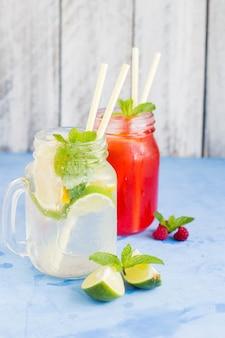 Dois, coquetel, -, verão, bebida, limonada, ou, mojito, e, framboesa limonada, com, hortelã, limão
