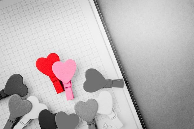 Dois corações coloridos no clipe de roupa