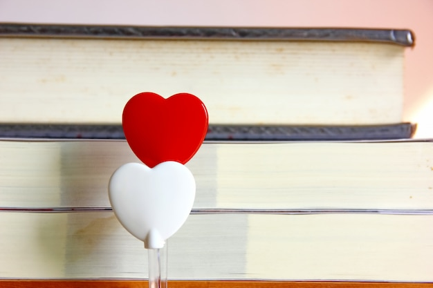 Dois corações, com, livro, fundo