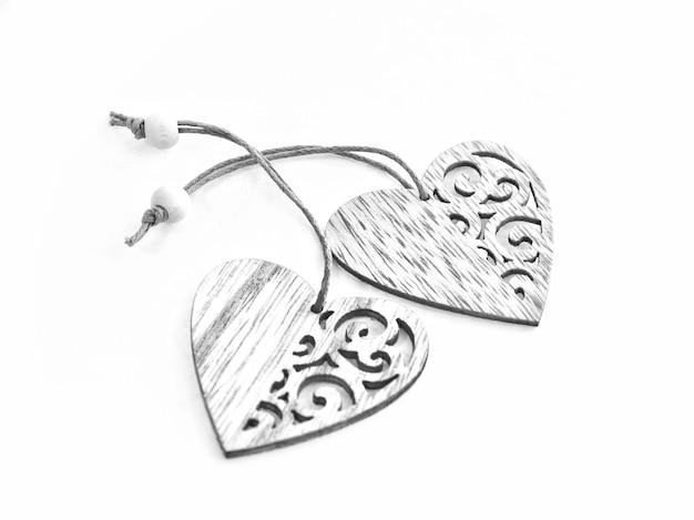 Dois corações de madeira isolados em um fundo branco. dia dos namorados.