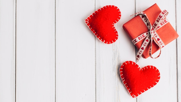 Dois corações de tecido e caixa de presente