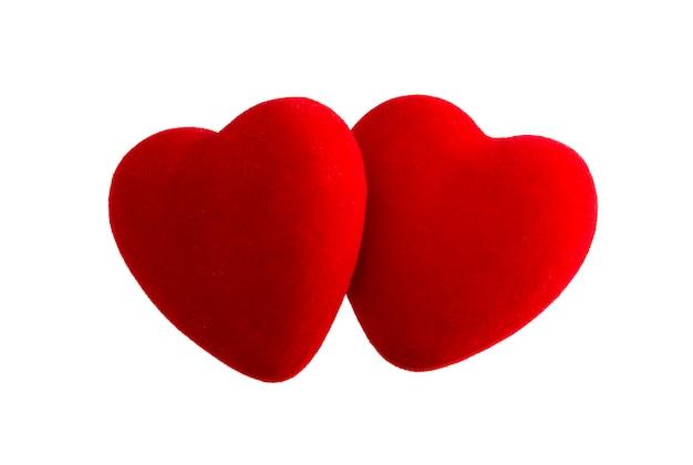Dois corações de veludo vermelho isolados no fundo branco com traçado de recorte