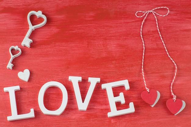 Dois corações pendurados em uma corda, a palavra amor, as chaves