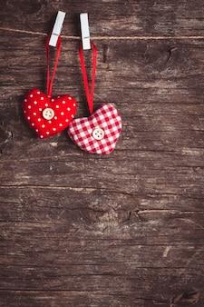 Dois corações presos à corda. saudações de dia dos namorados