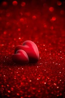Dois corações vermelhos com glitter para plano de fundo dia dos namorados